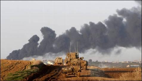 Movimientos de tropas israelíes hacia la frontera de Gaza al tercer día de la invasión de la Franja. RONEN ZVULUN / REUTERS