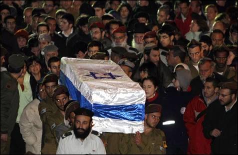 Soldados israelíes transportan el ataúd de Dvir Emanuelof, único muerto del ejército hebreo desde la invasión terrestre de la Franja de Gaza. Cuatro israelíes más han muerto por los cohetes de Hamás. ERIC GAILLARD / REUTERS