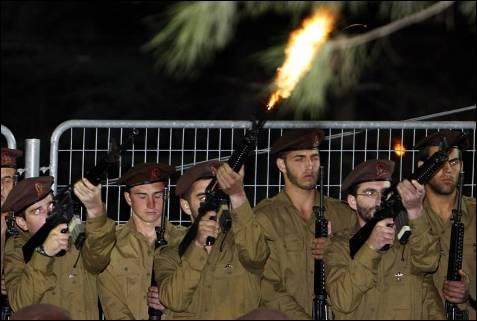 Tributo de sus compañeros de armas a  Dvir Emanuelof, muerto en los enfrentamientos con las milicias de Hamás en el interior de Gaza. Más de 30 soldados israelíes han resultado heridos. ERIC GAILLARD / REUTERS