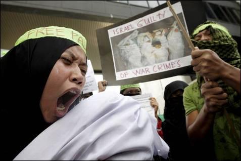 Filipinos musulmanes gritan consignas contra la ofensiva israelí en Gaza, a las afueras de la embajada de Israel en el distrito financiero de Makati en Manila, Filipinas, el 5 de enero. DENNIS M. SABANGAN / EFE