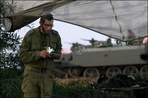 Un soldados israelí ora mientras descansa en la frontera con la Franja de Gaza. Las tropas israelíes prosiguen su incursión en Gaza por tercer día consecutivo, donde continúan los enfrentamientos con los milicianos de Hamás y otros grupos armados. KOBI GIDEON / EFE