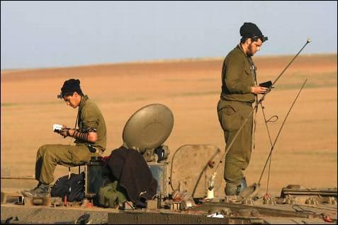 Soldados israelíes rezan en su tanque antes de entrar en combate. Las tropas hebreas y Hamás lucha en Gaza mientras tanques, aviones y artillería naval siguen castigando la Franja donde viven un millón u medio de palestinos. MENAHEM KAHANA / AFP