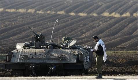 Un soldado israelí reza junto a su tanque. El carácter laico original de las fuerzas armadas de Israel se ha ido desvaneciendo en un país donde los militares son cada vez más religiosos. MENAHEM KAHANA / AFP
