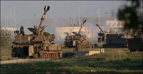 Una fila de tanques se trasladan por la frontera entre Israel y Gaza, el lunes 05 de enero, tercer día de la ofensiva terrestre. El Ejército israelí dividió Gaza en tres partes al penetrar sus unidades desde el puesto fronterizo de Karni hasta el mar. OLIVIER HOSLET / EFE