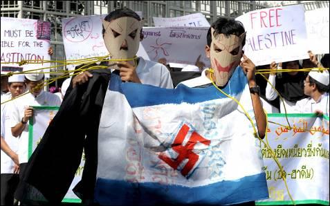 Estudiantes musulmanes de Tailandia se manifiestan contra Israel frente a la oficina de las Naciones Unidas en Bangkok. PORNCHAI KITTIWONGSAKUL / AFP