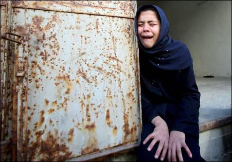 Una menor llora por las 10 víctimas de la familia Deep durante su funeral en el campo de refugiados de Yebalia en la Franja de Gaza, donde ayer (6 de enero) murieron 43 personas y más de un centenar resultaron heridas durante un bombardeo israelí en el colegio Al Fakhoura de la Agencia de las Naciones Unidas para los Refugiados (UNRWA). MOHAMMED SABER / EFE