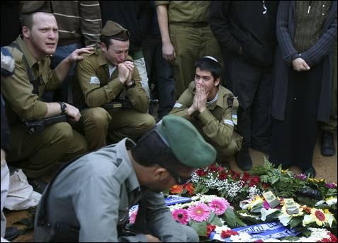 Soldados israelíes lloran en el funeral de su compañero Nitai Stern, muerto en Gaza por 'fuego amigo'. ELIANA APONTE / REUTERS