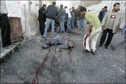 Ciudadanos de Yabalia ayudan a las víctimas del ataque israelí contra una escuela de la ONU. REUTERS