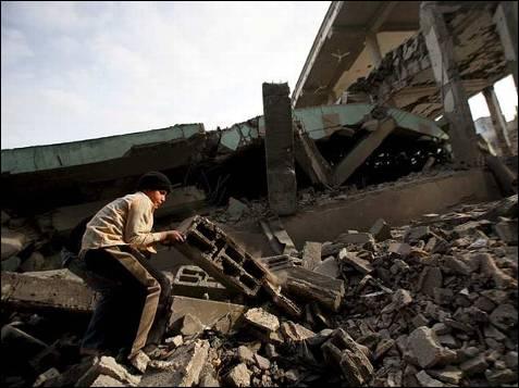 Un palestino observa los restos de la mezquita Hoda, destruida por misiles israelíes, en el barrio de Sheikh Redwan. EFE / Mohammed Saber