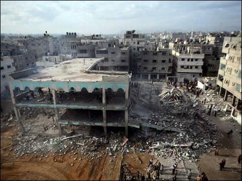 Así quedó la mezquita Hoda, destruida por misiles israelíes. Algunas personas se acercan para ver sus restos en Sheikh Redwan.
