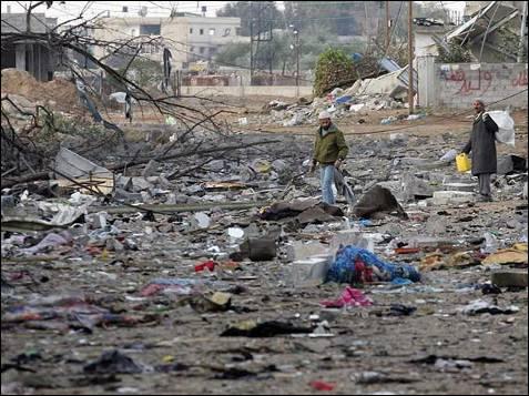 La imagen de Gaza tras los bombardeos es dramática y devastadora. En la imagen, unos palestinos rastrean la zona tras las operaciones de Isreal en la zona de Gaza.