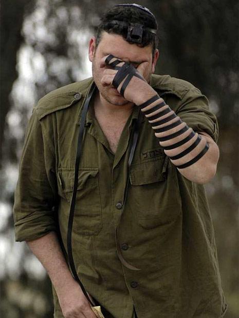 Un soldado israelí reza en la parte sur de la frontera con Gaza. REUTERS / Amir Cohen (ISRAEL)