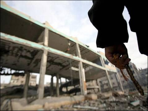 Las mezquitas han sido el objetivo, en esta ocasión, del fuego militar israelí. Durante la madrugada del 8 de enero, fueron dos las que quedaron destruidas. EFE/Mohammed Saber
