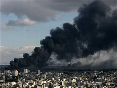 El humo que han dejado hoy sobre el cielo de Gaza los ataques israelíes, durante una jornada más de sangre y horror.AFP PHOTO/MAHMUD HAMS