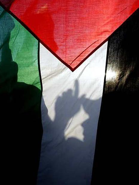 La silueta de un manifestante se aprecia tras una enorme bandera palestina en una manifestación contra los ataques israelíes en la Franja de Gaza. AFP PHOTO/MARWAN NAAMANI