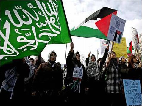 Un grupo de mujeres turcas musulmanas ondean banderas palestinas y gritan consignas contra Israel durante una protesta contra la ocupación israelí en Gaza, en Estambul, Turquía, hoy 9 de enero de 2009. Israel y Hamás rechazaron hoy el llamamiento del Consejo de Seguridad de la ONU para un alto el fuego en Gaza, donde los bombardeos israelíes incrementaron el número de víctimas entre la población y se conocieron nuevas matanzas de civiles. EFE/Tolga Bozoglu