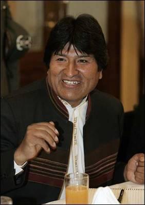 El presidente de Bolivia, Evo Morales, habla hoy, 1 de octubre de 2009, durante una reunión con corresponsales extranjeros en La Paz (Bolivia).