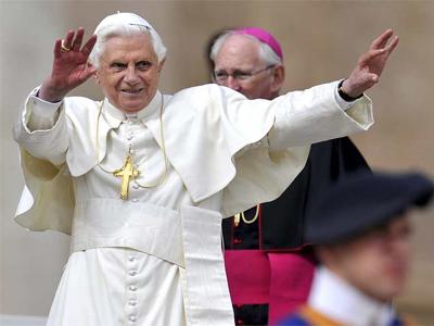 El Papa Benedicto XVI saluda a su llegada a su audiencia pública semanal, en la Plaza de San Pedro del Vaticano. EFE