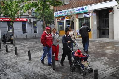 Una familia de inmigrantes en el barrio de Cuatro Caminos (Madrid). - MIGUEL G. CASTRO