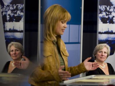 Carmen Negrín, nieta del último presidente del Gobierno de la República, Juan Negrín, escucha a Leire Pajín, durante el acto de rehabilitación de los 36 militantes socialistas expulsados en 1946. Fue ayer, en la sede federal del PSOE. ÁNGEL NAVARRETE