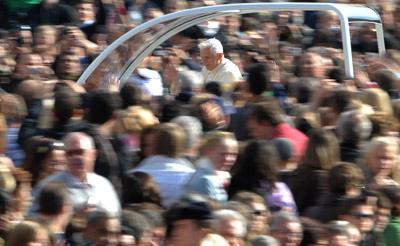 El papa Benedicto XVI saluda a la multitud en la plaza de San Pedro del Vaticano la semana pasada.