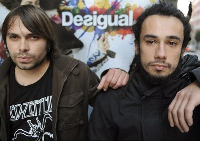 Los trabajadores paraguayos Claudio Maturana (izqda.) y Luis Egaña, que recibió una orden de expulsión, ayer en Oviedo. - ELOY ALONSO / EMEYAPRESS