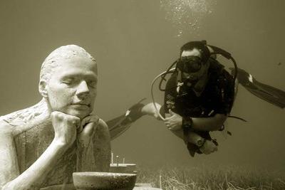 Un buzo ante una de las esculturas del Museo Escultórico Subacuático de Cancún. Elizabeth Ruíz / EFE