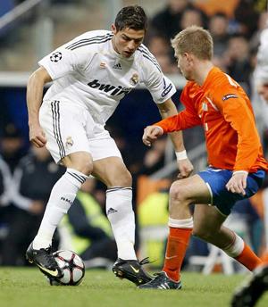 El extremo portugués del Real Madrid, Cristiano Ronaldo (izda), controla el balón ante el defensa del FC Zúrich, Stahel.