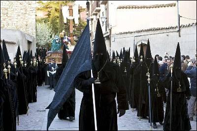 Algunos de los cofrades que han participado hoy en la procesión de la Real Cofradía del Santo Entierro de Zamora.