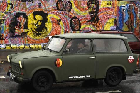 Trabant  El coche era todo un símbolo de la RDA. Fabricado por la VEB Sachsenring en Sajonia, los potenciales compradores tuvieron que esperar años en la lista de espera. Aunque muchos alemanes del Oeste compraron este vehículo icónico tras la caída del muro, se cesó su fabricación en 1991 porque no resultaba rentable. El 'Trabbi', como se le llamaba popularmente, tuvo otro momento de gloria en 1997 cuando el Clase A de Mercedes hizo el ridículo al fallar un test, la llamada prueba del alce. Unos aficionados demostraron cómo el Trabant superaba esta prueba sin problemas.