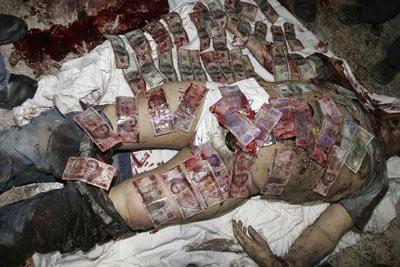 Cadáver de 'El Barbas', cubierto de billetes. REUTERS