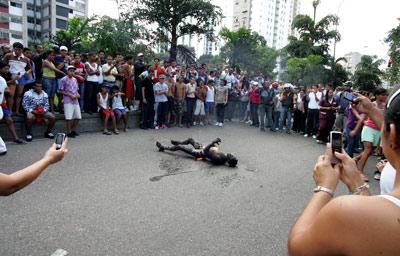 Los vecinos de El Valle graban el linchamiento del presunto violador Yorbeni Barrios.
