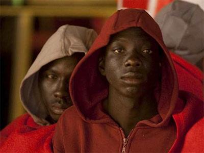 Inmigrantes en el puerto tinerfeño de Los Cristianos. EFE