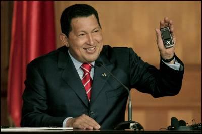 El presidente venezolano muestra el primer ejemplar del ZTE 366 del millón que quiere fabricar la factoría estatal Vtelca.