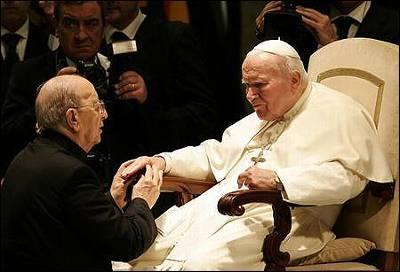 El difundo Juan Pablo II bendice a Marcial Maciel en una fotografía tomada en noviembre de 2004.