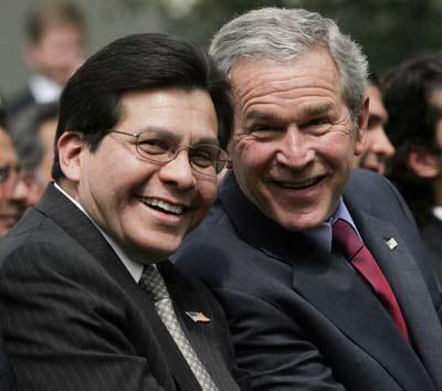 Bush y su entonces fiscal general Gonzales, tres meses antes de que tuviera que dimitir, en 2007.