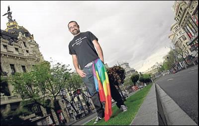 El presidente de la Flegtb, Toni Poveda, ayer en la Gran vía de Madrid con un emblema gay. - GUILLERMO SANZ