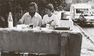 Cortázar junto a Carol Dunlop, en 1982, durante la travesía más lenta jamás realizada en una autopista. PÚBLICO
