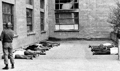 Soldados chilenos mantienen tumbados a simpatizantes de Salvador Allende detenidos en Santiago el día de la asonada militar dirigida por el dictador Augusto Pinochet.