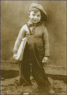 Ángel González retratado a los cuatro años de edad, siete antes de la guerra.  PEIO H. RIAÑO
