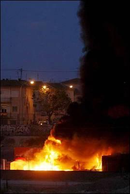 Un almacen de materiales arde tras la explosión de dos botellas de acetileno depositadas en un solar situado en las proximidades de las vías de tren, en la ciudad Alicante.