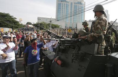 Partidarios de Manuel Zelaya se enfrentan a militares en Tegucigalpa. - REUTERS