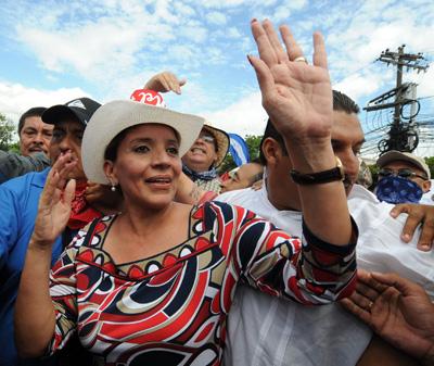 Xiomara Castro de Zelaya, en la manifestación de ayer. - AFP