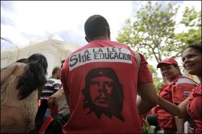 Un grupo de seguidores del presidente venezolano, Hugo Chávez, se manifiesta a favor de la nueva ley de educación en la sede de la Asamblea Nacional en Caracas. EFE/Harold Escalona
