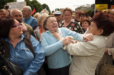 Dos jubiladas se pelean en una manifestación en Riga, el pasado mes de junio.
