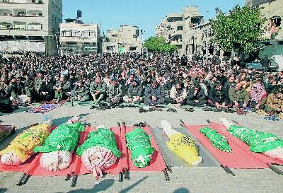 Centenares de palestinos rezan, en enero de 2009, ante los cuerpos de personas muertas en Gaza.