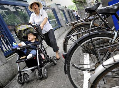 Una escena en Shanghai, donde las parejas sin hermanos pueden elegir la opción de tener más de un hijo. - AFP