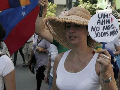 Opositores a Chávez se manifiestan este sábado en Caracas, la capital de Venezuela.