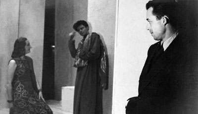 Albert Camus contempla un ensayo de su obra Calígula en 1945. - AFP