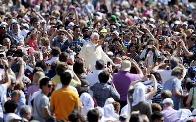 Benedicto XVI en Roma junto a sus fieles.